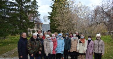 Представители Общественной палаты Челябинской области возложили цветы к памятнику Героя Советского Союза Василию Казанцеву